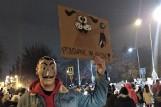 Białystok. Grupa mężczyzn zaatakowała strajkujące kobiety. Wrzucili w tłum petardy, doszło do przepychanek i wyzwisk (ZDJĘCIA)