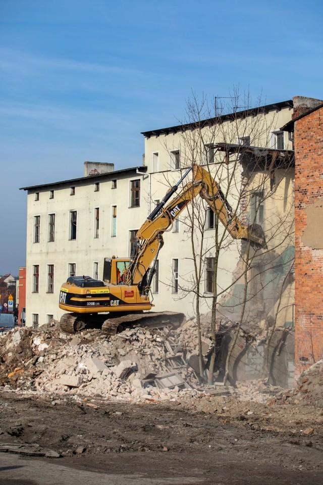 Rozpoczęły się rozbiórki nieruchomości przy ul. Toruńskiej w związku z budową linii tramwajowej na ul. Kujawskiej.W poniedziałek ekipy przygotowywały rampy do sprawnej obsługi transportowej placu budowy. We wtorek, 19 lutego, od rana w pierwszej kolejności zburzone zostały przybudówki przylegające do kamienic. W ciągu dnia rozbierane są kamienice.WIĘCEJ ZDJĘĆ NA NASTĘPNYCH STRONACHWielu mieszkańców jest na miejscu i z zaciekawieniem obserwuje prace i robi zdjęcia. Po zakończeniu prac przy ulicy Toruńskiej, ekipa przeniesie się tuż za rondo Kujawskie, żeby wyburzyć nieruchomości znajdujące się między dwiema jezdniami tuż przed stacją benzynową. Po uporządkowaniu terenu, powstanie w tym miejscu tymczasowe zaplecze budowy.Polecamy: Bydgoski Londynek z lotu ptaka