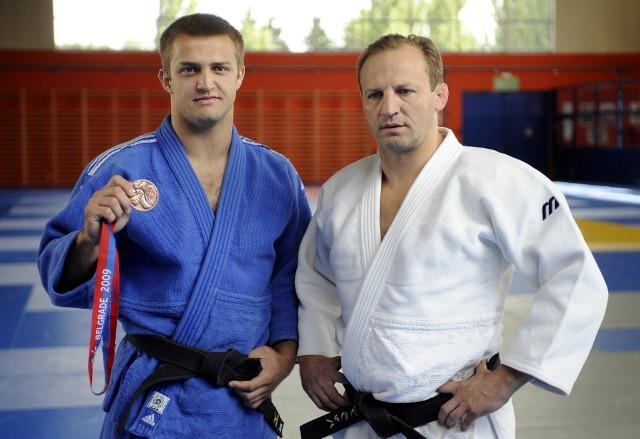 Łukasz Błach (z lewej) i jego ojciec Wiesław Błach w 2009 roku. Dziś ten z lewej jest nie tylko czynnym zawodnikiem, ale też trenerem swojej żony Agaty Ozdoby. Wiesław zaś jest prezesem Dolnośląskiego Związku Judo.