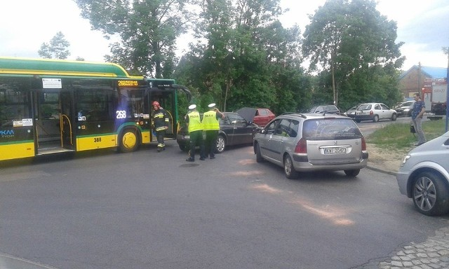 Groźny wypadek autobusu i samochodu osobowego na skrzyżowaniu DK 44 znacznie utrudnił przejazd.