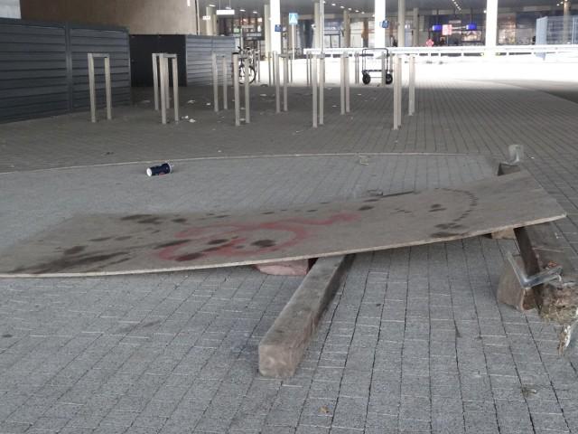 Bałagan i napisy nawołujące do agresji wizytówką poznańskiego dworca?