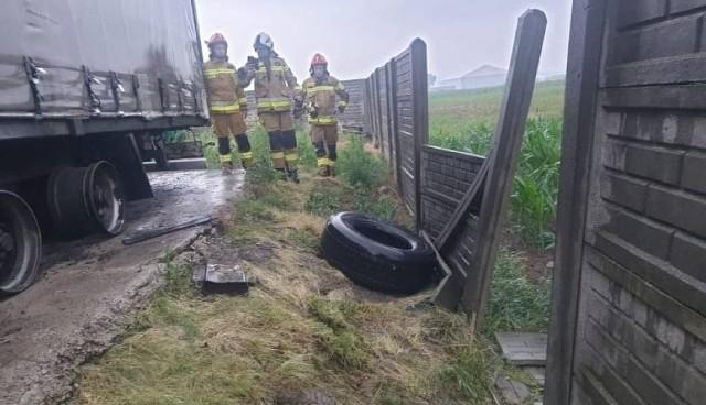 W czwartek rano podczas przechodzącej przez Kalisz burzy, piorun uderzył w ciężarówkę zaparkowaną przy ulicy Bażanciej. W pojeździe eksplodowały opony i uszkodziły betonowe przęsło płotu.Przejdź do kolejnego zdjęcia --->