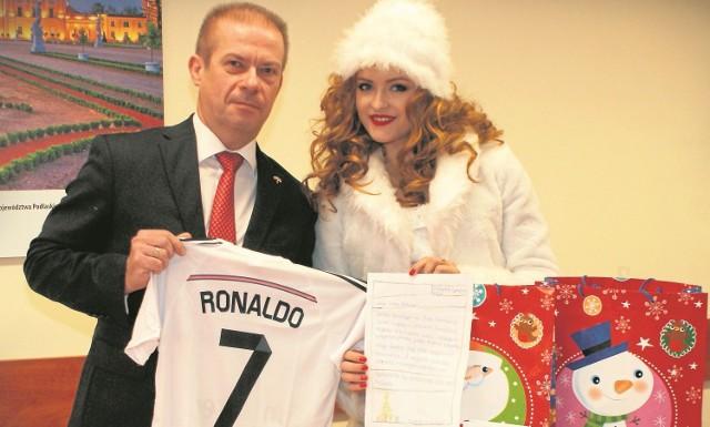 List Marcina bardzo mnie wzruszył - mówi Andrzej Parafiniuk i pokazuje prezenty, które fundacja przygotowała dla chłopca