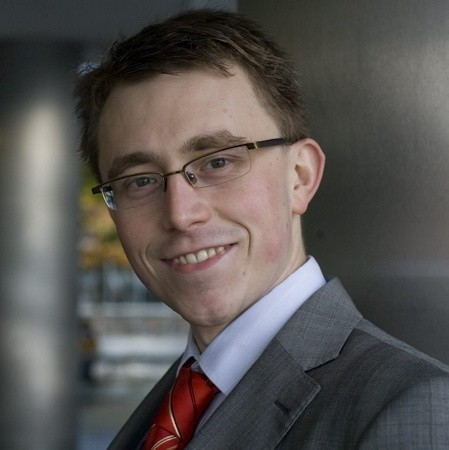 Paweł Cymcyk. 26 lat, ukończył Uniwersytet Gdański, mieszka w Warszawie. Licencjonowany Makler Papierów Wartościowych. Lubi czytać literaturę poświęconą finansom.