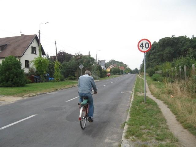 Kiedy wiele lat temu budowano ul. Sportową, zapomniano chyba o chodnikach.