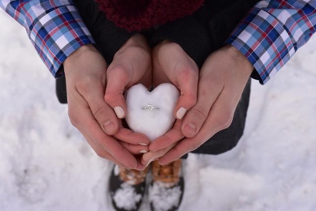 Wybór pierścionka zaręczynowego nie jest prosty. Ważne, aby był dopasowany do charakteru wybranki i odzwierciedlał to co do niej czujemy.