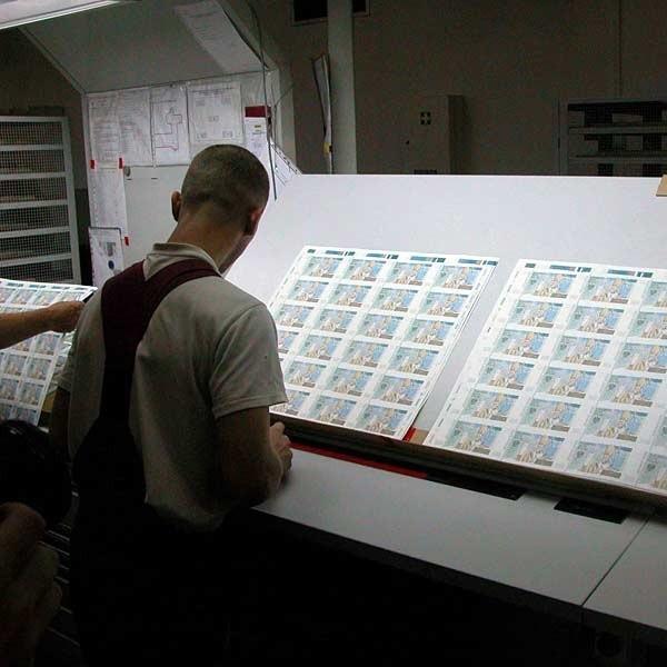 W Polskiej Wytwórni Papierów Wartościowych banknoty drukuje się zbiorczo na dużym arkuszupapieru. Dopiero później są z niego starannie wycinane.