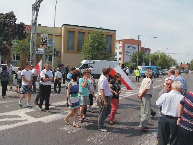 Blokujący nieustannie przechodzili przez przejścia dla pieszych.