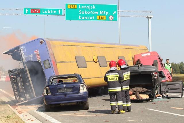 To na szczęście tylko pozorowany wypadek, podczas ćwiczeń na S19 w okolicach Sokołowa Małopolskiego.
