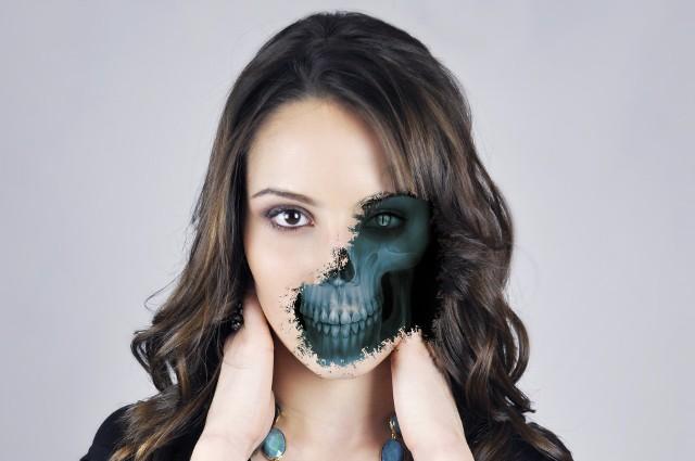 Do wykonania makijażu na Halloween będziesz potrzebować m.in. białej farby, eyelinera, czerwonej szminki oraz ciemnych cieni do powiek