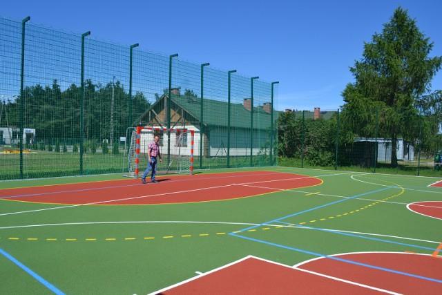 Obiekt o nawierzchni poliuretanowej może być wykorzystywany do gry w piłkę ręczną, siatkówkę, tenisa ziemnego i koszykówkę.
