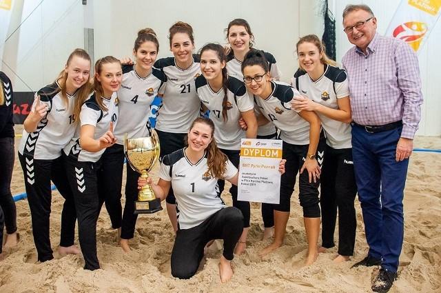Zawodniczki BHT Pyrki Poznań dumnie prezentują cenne trofeum, wywalczone na turnieju o Superpuchar
