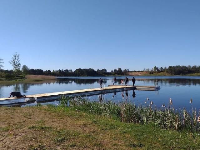 Na jeziorze w Borzyszkowach gmina Lipnica wykonała nowy pomost. Zastąpił stary, który był zużyty i wyeksploatowany. Nowy pomost na 26 metrów długości i 2,4 metrów szerokości. Dodajmy, że podobny pomost w ubiegłym roku gmina wykonała na jeziorze w Kiedrowicach.