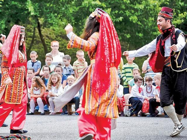 Goście z Turcji zaprezentowali ludowe tańce, a młodzież nagrodziła ich gromkimi brawami.