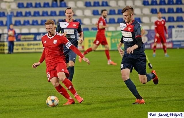 Sebastian Deja (z piłką) strzelił zwycięską bramkę dla Kotwicy w wyjazdowym meczu z Gromem Nowy Staw