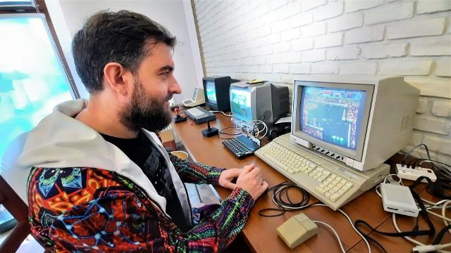 W Opolu działa Muzeum Retro Komputerów. Można tam zagrać m.in. na komputerach Amiga i Atari! Na zdjęciu Arkadiusz Bronowicki, właściciel muzeum.