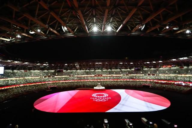 Pusty stadion podczas ceremonii otwarcie igrzysk w Tokio.