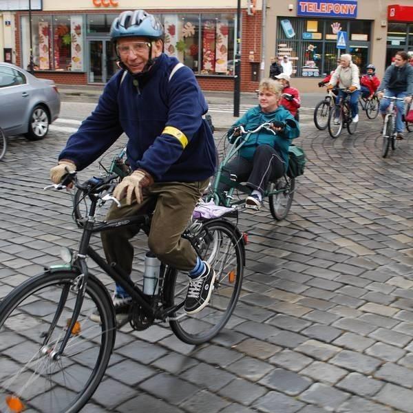 Opole: Masa krytyczna 2008. Ulicami miasta przejechalo w niedziele piecdziesieciu rowerzystów.