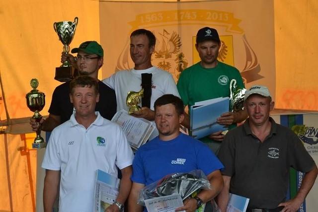 Wczorajsi triumfatorzy: Zbigniew Milewski (I miejsce), Szymon Ciesielski (II miejsce), Jacek Kozielski (III miejsce), Zbigniew Trubikowicz (IV miejsce), Kacper Górecki (V miejsce) oraz Artur Koncur (VI miejsce).