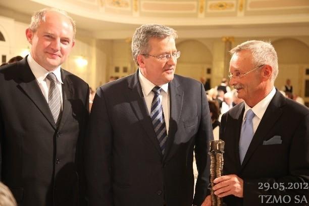 Prezydent Bronisław Komorowski po wręczeniu Nagrody  Gospodarczej Jarosławowi Józefowiczowi (od prawej), w Poznaniu był także marszałek województwa Piotr Całbecki