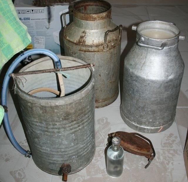 Na miejscu znajdowała się metalowa bańka z zawartością 20 litrów zacieru oraz 0,5 litra gotowego już alkoholu.