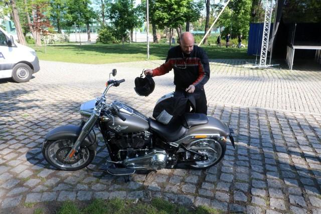 Nowy Harley Davidson prezydenta Wrocławia, czy zegarek jego zastępcy wart więcej niż samochód, którym jeździ. Ujawniamy, co mają najważniejsi urzędnicy w mieście.Przeanalizowaliśmy ich oświadczenia majątkowe, a zaczęliśmy oczywiście od prezydenta miasta. Mamy niespodziankę, otóż wartość majątku prezydenta zadeklarowana przez niego za 2019 rok, wzrosła o blisko 770 tys. złotych względem tego, co ujawnił w swoim oświadczeniu majątkowym za 2018 rok. Jak to możliwe?Czytaj dalej na kolejnych slajdach. Ujawniamy majątki  władz Wrocławia.