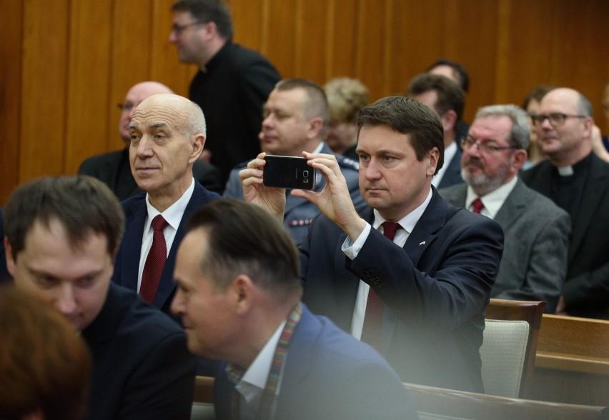 2016 rok, ówczesny poseł PiS Łukasz Zbonikowski (z telefonem)