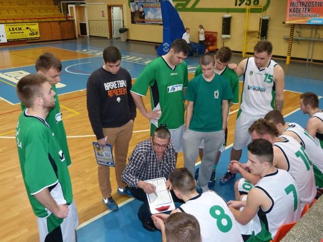 Koszykarze Stali Stalowa Wola słuchają uwag swojego trenera Bogdana Pamuły.