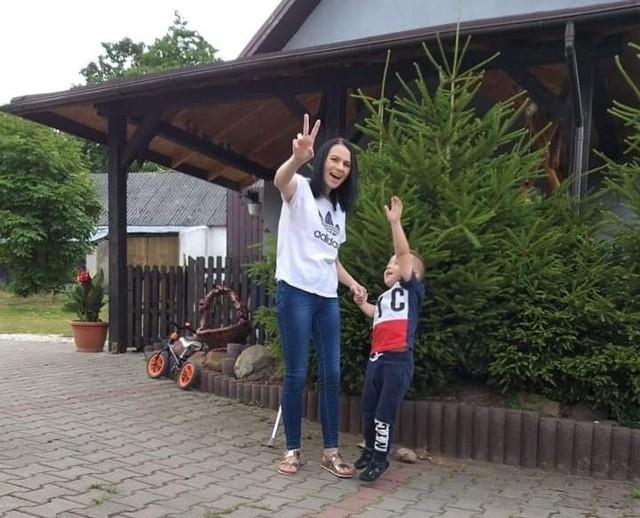 Paulina z synkiem Oskarem - zdjęcie z czwartku 11 lipca. Kobieta jest szczęśliwa, czuje się dużo lepiej, lek zadziałał.