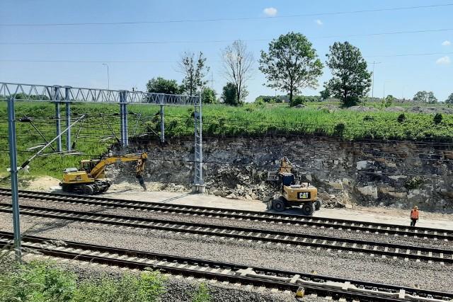 Widok na tory kolejowe i prace maszyn i ludzi na placu budowy łącznicy Czarnca-Włoszczowa Północ.