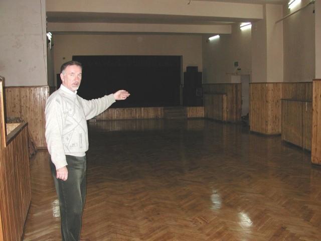 - Żeby w sali kameralnej domu kultury mogła powstać sala kinowa, trzeba zainwestować - mówi Józef Węclewski, instruktor KDK.