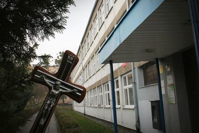 Sprawa dotyczy wydarzeń z 2013 r., które miały miejsce w pokoju nauczycielskim w Zespole Szkół Sportowych nr 1 w Krapkowicach.