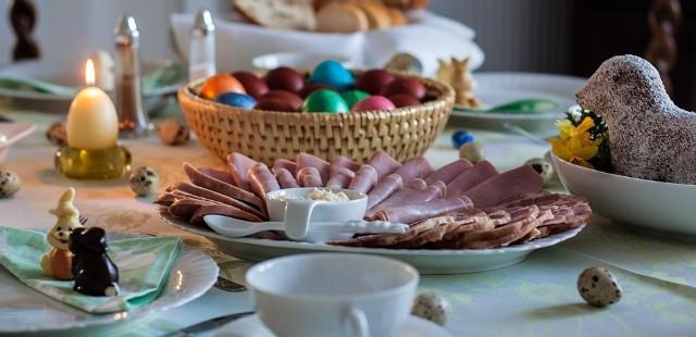 Wielkanocny stół uginający się pod pysznościami to jeden z najważniejszych elementów świąt. Gdzie zamówić gotowe dania?