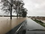 Woda w powiecie nyskim przelewa się przed drogi, niektóre odcinki są zamknięte