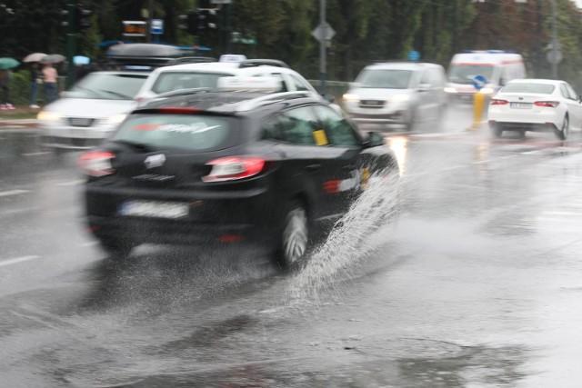 Intensywne opady spowodowały wzmożony ruch i utrudnienia na drogach.