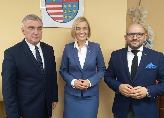 Od lewej: Marszałek województwa świętokrzyskiego Andrzej Bętkowski, wicemarszałek Renata Janik, członek zarządu województwa Mariusz Gosek.