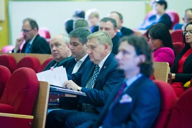 - Radni mieli na to dwa miesiące. Prezydent dostał jeden dzień, by się do nich odnieść - komentuje prezydent Tadeusz Truskolaski (w środku).