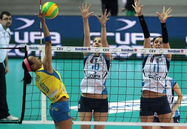 Aurea Cruz blokowana przez Anę Bjelica i Stefanę Veljković.