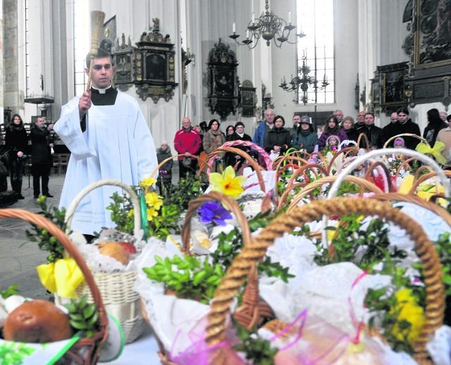 Dziś ostatni dzień Triduum Paschalnego. Tradycją Wielkiej Soboty jest święcenie pokarmów wielkanocnych w kościołach. Sprawdź, w jakich godzinach możemy przyjść z koszyczkiem do poznańskich świątyń.