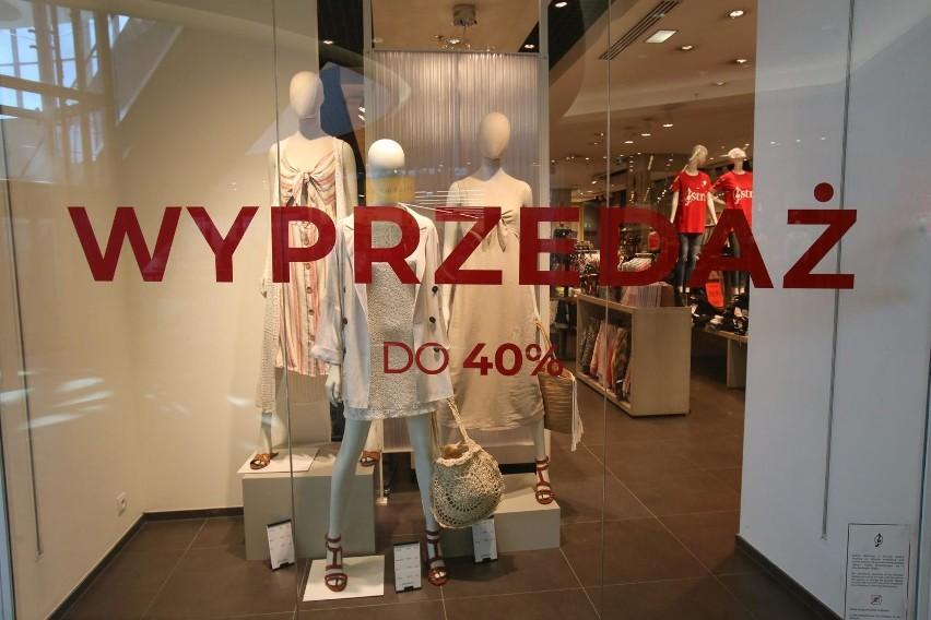 c10267f35f57a2 Letnie wyprzedaże 2019: promocje w sklepach w lipcu: H&M, C&A, CCC,  Zalando, Bershka, Zara, Reserved