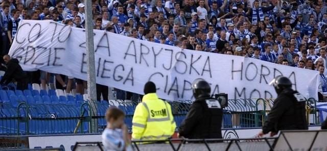 Z takim transparentem przyszli na derby kibice Stali Rzeszów...