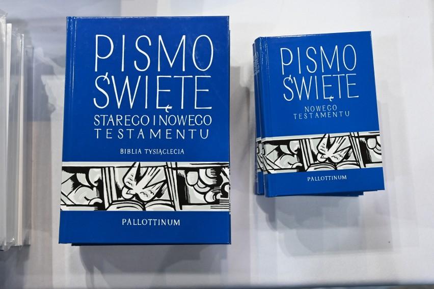 Pismo Święte dostępne jest obecnie dla wiernych na wiele sposobów. Nie tylko w tradycyjnym książkowym wydaniu, ale i na płycie CD czy nawet na pendrive. Takie nośniki informacji zapewniają wiernym łatwiejszy i bardziej wygodny dostęp do świętej księgi oraz idą z duchem czasu. na zdjęciu Wydawnictwo Pallotynów ma w swojej ofercie przede wszystkim tradycyjne – książkowe Pisma Święte, w różnorodnej wielkości.Pismo Święte oferowane w bardzo nietypowy sposób? Zobacz na kolejnych slajdach