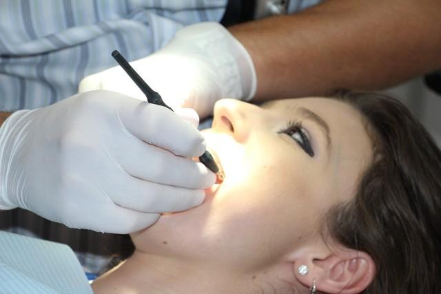 Dentyści coraz częściej rezygnują z kontraktów z NFZ i przechodzą w całości na działalność komercyjną.