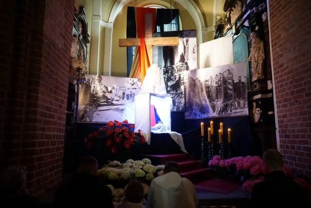 W sobotę poznaniacy odwiedzają Groby Pańskie. To długa polska tradycja. Tego dnia Grób Pański stanowi najważniejsze miejsce w każdej świątyni. Najświętszy Sakrament złożony jest bowiem już od piątkowego wieczoru przy grobie Chrystusa. Tak wygląda grób w katedrze.Przejdź do kolejnego zdjęcia --->