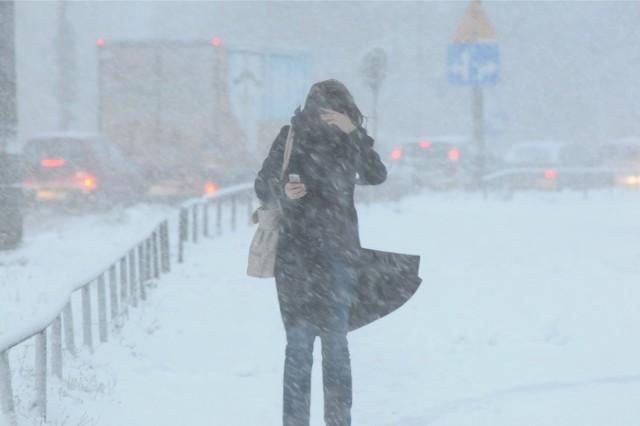 Zima ponownie zaatakowała. W niedzielę spadło sporo śniegu, wieje silny wiatr i cały czas utrzymuje się mróz. Na tym jednak nie koniec. To co najgorsze w pogodzie dopiero przed nami. Meteorologowie wydali kilka ostrzeżeń. Sprawdźcie szczegóły na kolejnych stronach.