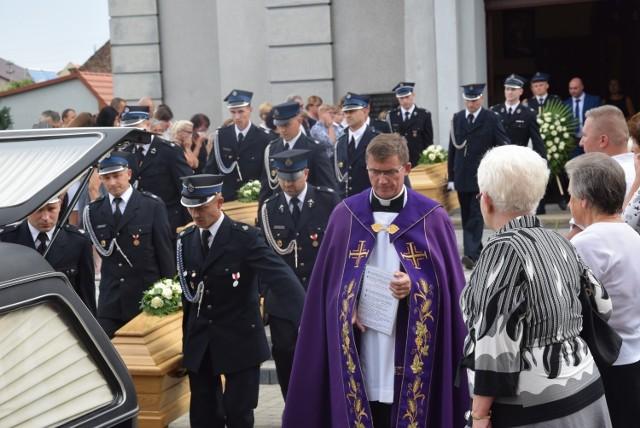 Pogrzeb dzieci z Sulmierzyc, które utonęły w morzu. Kliknij tutaj i zobacz kolejne zdjęcia --->