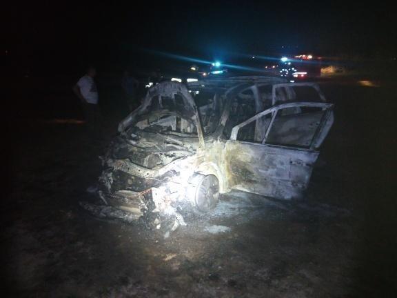 Osobowe renault spłonęło w rejonie autostrady A4. Auto próbował gasić kierowca i pasażer. Samochodem podróżowało dwóch mężczyzn. Gdy zjechali z autostrady w miejscowości Borek Wielki k. Ropczyc, z komory silnika zaczął wydobywać się dym. Kierujący zatrzymał auto na poboczu i wraz z pasażerem zaczął gasić ogień, który pojawił się w przedniej części pojazdu. Płomienie bardzo szybko rozprzestrzeniły się na cały pojazd. Samochód uległ całkowitemu spaleniu. Zobacz także: Pożar samochodu na autostradzie A4 k. Krakowa. Kierowcy nic się nie stało