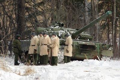 Rosyjscy żołnierze przy czołgu T-72. Około 200 takich pojazdów, porzuconych przez rosyjską armię i pozbawionych uzbrojenia, odnaleziono pod koniec lutego br. w lasach nieopodal Jekaterynburga na Uralu. Fot. Forum/ITAR-TASS/Anton Butsenko