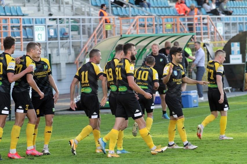 W rozgrywkach grupy czwartej piłkarskiej trzeciej ligi...