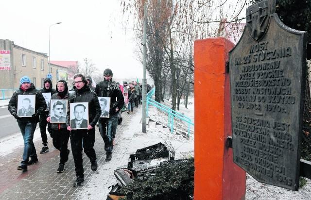 W śremskim marszu narodowców udział wzięli głównie młodzi mężczyźni. Nieśli oni flagi, transparenty oraz portrety osób, które padły ofiarą komunizmu. Marsz zakończył się na Rynku